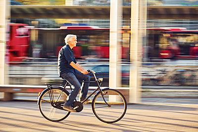 Mann auf dem Fahrrad in der Stadt - p1312m1515409 von Axel Killian