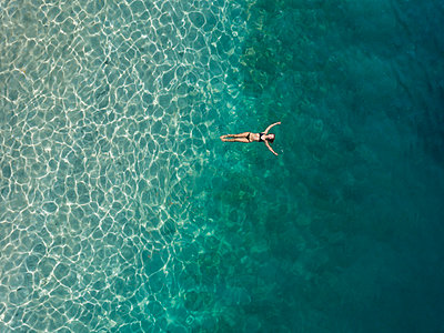 Woman floating in the sea, Gili Air, Gili Islands, Indonesia - p300m2140521 by Konstantin Trubavin