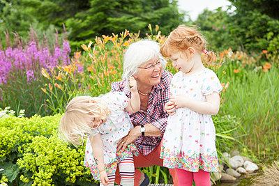 Oma spielt mit Enkeltöchtern - p505m1048196 von Iris Wolf