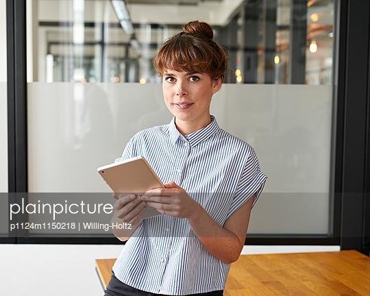 Junge Frau mit Tablet im Büro - p1124m1150218 von Willing-Holtz