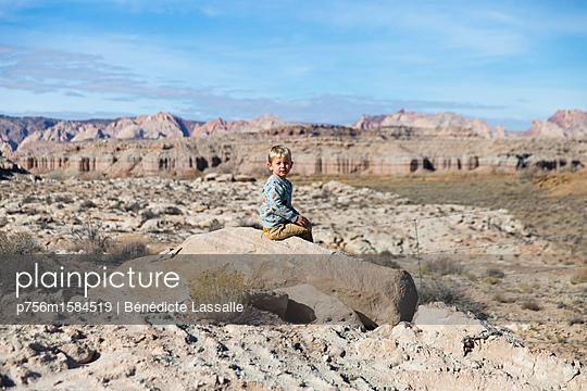 Junge auf einem Felsen - p756m1584519 von Bénédicte Lassalle