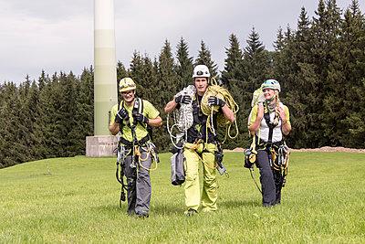 Industriekletterer auf dem Weg zur Arbeit - p1079m1185009 von Ulrich Mertens
