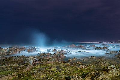 Wellen an den Klippen von Puerto de la Cruz bei Nacht - p1332m1502719 von Tamboly