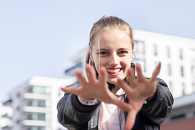 Portrait of young beautiful blonde reaching toward camera - p300m2268128 by Sigrid Gombert