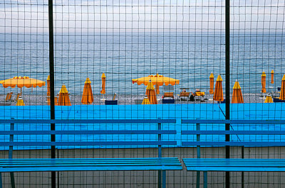 Beach behind the net and benches - p564m2227471 by Dona