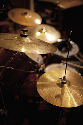 Cymbals and hi-hat on drum kit - p675m922806 by Marion Barat