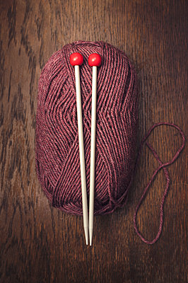 Knitting needles and ball of wool - p971m1091489 by Reilika Landen