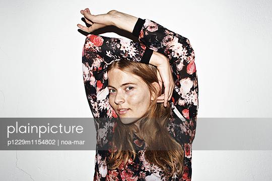 Frau mit Blumenshirt - p1229m1154802 von noa-mar