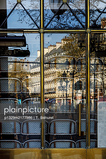 Closed bistro, stacked chairs, Paris, France, shutdown due to Covid-19 - p1329m2177986 by T. Béhuret