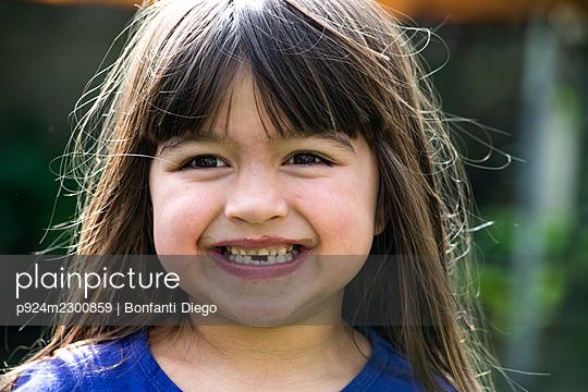 UK, Portrait of smiling girl (4-5) outdoors - p924m2300859 by Bonfanti Diego