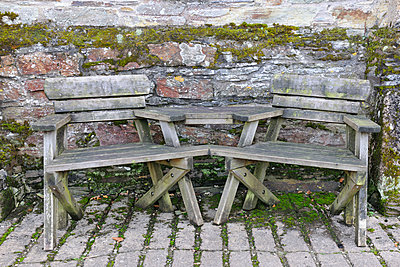 Wooden garden chairs joined together - p1048m1494693 by Mark Wagner