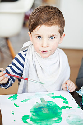 Boy painting with water colours - p699m2007779 by Sonja Speck