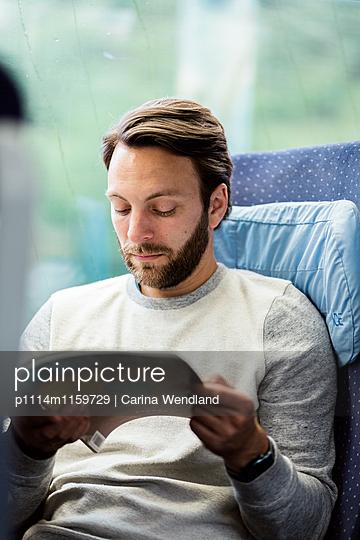 Man liest im Zug - p1114m1159729 von Carina Wendland
