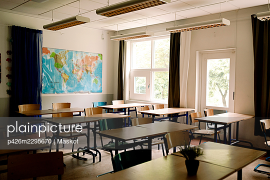 Desks and chairs arranged in classroom at high school - p426m2298670 by Maskot