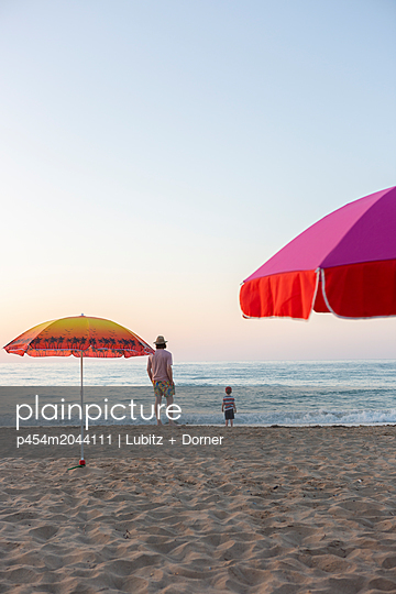 Enjoying the silence - p454m2044111 by Lubitz + Dorner