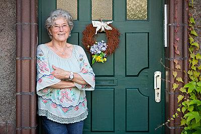 Ältere Frau vor der Haustür - p1221m1585958 von Frank Lothar Lange