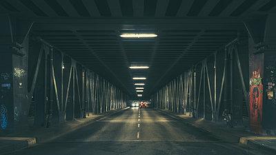 Autos auf einer alten Brücke bei Nacht - p1696m2294466 von Alexander Schönberg