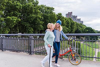Grandmother and granddaughter spending time together - p300m2013163 by Uwe Umstätter