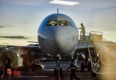 Airplane parked in gate at airport - p555m1311570 by Paco Navarro