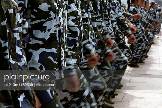 Soldaten in Tarnkleidung marschieren im Gleichschritt - p1213m1162639 von dianacoca