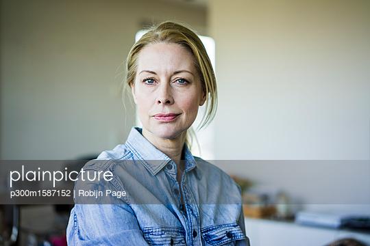 Portrait of blond businesswoman wearing denim shirt - p300m1587152 von Robijn Page