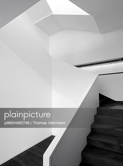 Modernes Treppenhaus - p982m660748 von Thomas Herrmann