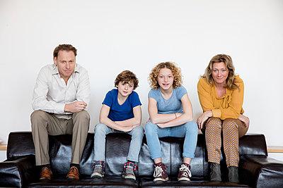 Familie auf Sofa - p1212m1094497 von harry + lidy