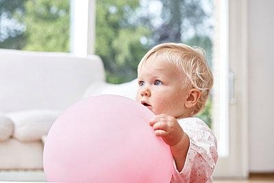 Baby mit Ball - p1348m1497635 von HANDKE + NEU