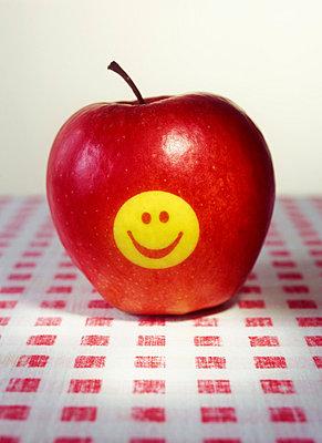 Apfel mit Smiley - p2370160 von Thordis Rüggeberg