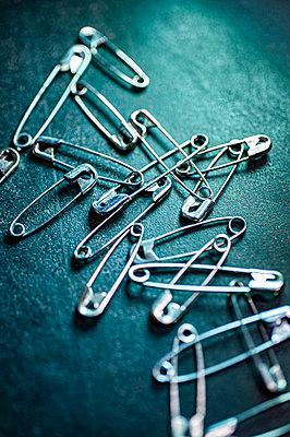 Safety pins - p971m2135240 by Reilika Landen