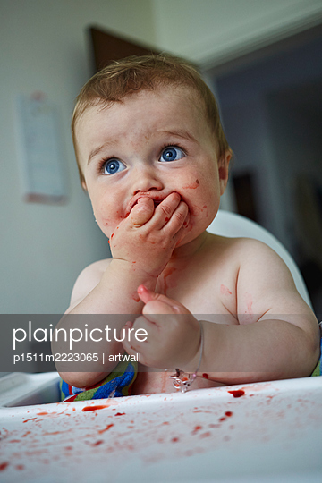 Baby boy eating in the kitchen - p1511m2223065 by artwall