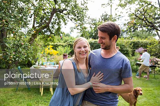 Junges Paar im Garten, Porträt - p788m1165318 von Lisa Krechting