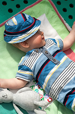 Portrait of baby boy on his blanket with a toy rabbit - p1047m1492567 by Sally Mundy