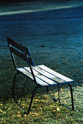 Frosty park bench in morning light - p1418m1559110 by Jan Håkan Dahlström