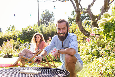 BBQ in the garden - p788m2027485 by Lisa Krechting