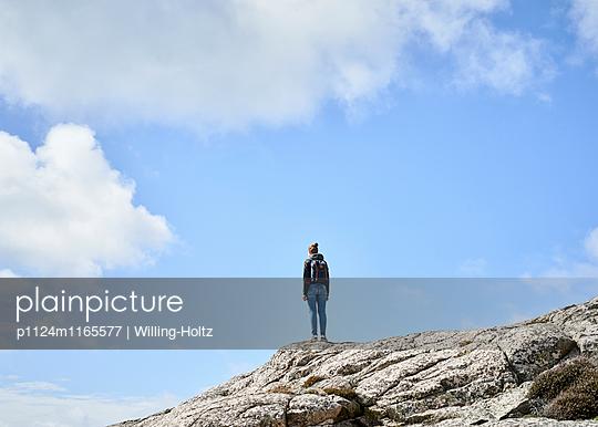 Frau steht auf Felsen - p1124m1165577 von Willing-Holtz