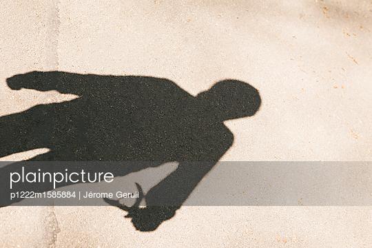 Silhouette eines Jungen mit einer Zwille - p1222m1585884 von Jérome Gerull