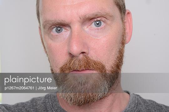 Portrait of man with beard - p1267m2064761 by Wolf Meier