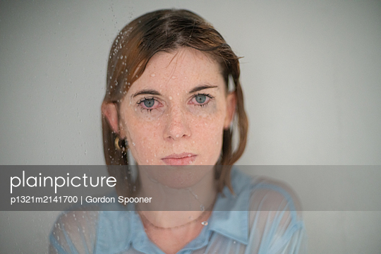 Woman with wet hair - p1321m2141700 by Gordon Spooner