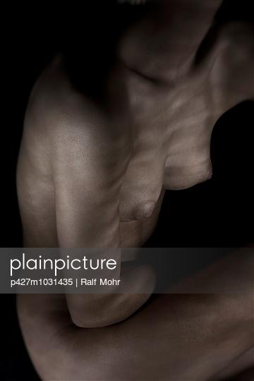 Body in the dark - p427m1031435 by Ralf Mohr