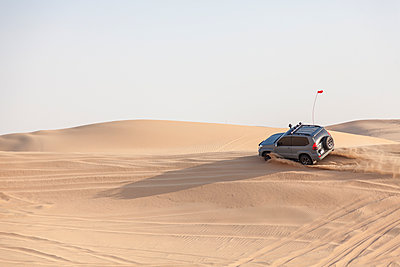 UAE, off-road vehicle on a trip in the desert between Abu Dhabi and Dubai - p300m1449877 by Michael Malorny
