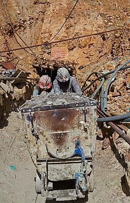 Bergleute mit Förderwagen in Bolivien - p390m1190309 von Frank Herfort