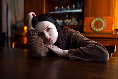 Depressed Caucasian girl leaning on table - p555m1504023 by Vyacheslav Chistyakov