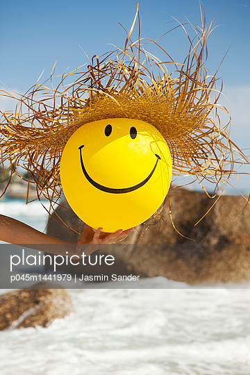 Smiley mit Strohhut - p045m1441979 von Jasmin Sander