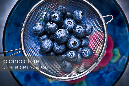 Blueberries - p1149m1515197 by Yvonne Röder