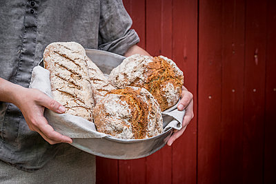 Freshly baked bread in a cake pan - p936m1161839 by Mike Hofstetter