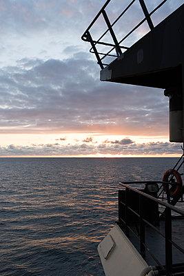 Morgengrauen auf See - p1079m1123393 von Ulrich Mertens