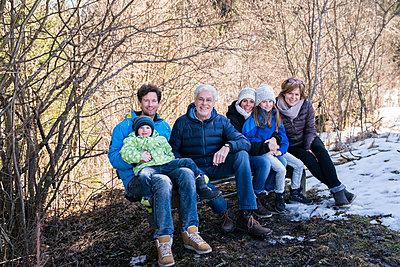 Drei Generationen Familie am Waldrand - p1142m1561899 von Runar Lind