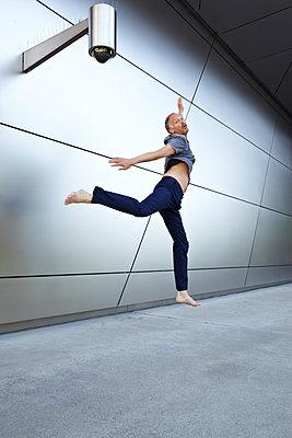 Mann springt - p1146m1172526 von Stephanie Uhlenbrock