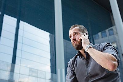 Erfolgreicher Geschäftsmann vor Bürogebäude - p1325m1461573 von Antje Solveig